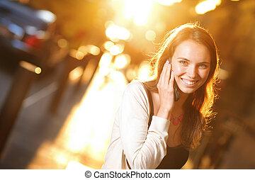mulher, célula, falando, ensolarado, rua, jovem, telefone, sorrindo, bonito