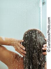 mulher, cabelo lavagem, em, chuveiro, água, jato., vista traseira