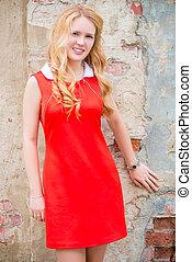 mulher, cacheados, jovem, cabelo, loura, vestido, vermelho
