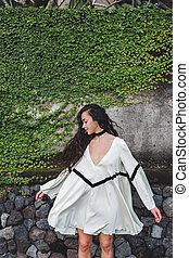mulher, cacheados, luz, cabelo longo, vestido branco