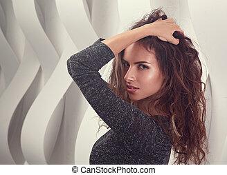 mulher, cacheados, parede, maquilagem, longo, hispânico, closeup, fundo, hair., retrato, posar, excitado, pretas