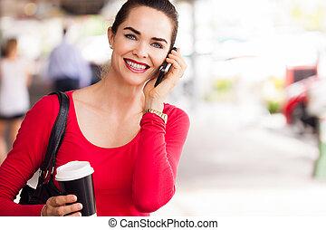 mulher, café bebendo, e, falando telefone