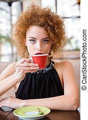 mulher, café bebendo, em, restaurante