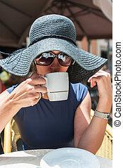 mulher, café bebendo, em, rua, café