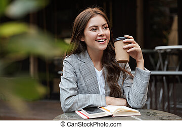 mulher, café, bonito, sentando, jovem, ao ar livre, tabela