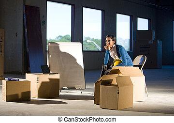 mulher, caixas, em movimento, espaço, vazio, jovem, escritório