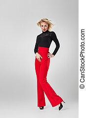 mulher, calças, camisa, pretas, loiro, vermelho