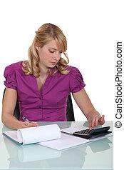 mulher, calculando, um, orçamento