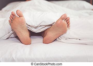mulher, cama, casa, com, seu, pés, mostrando