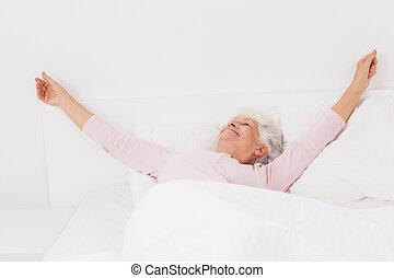 mulher, cama, esticar