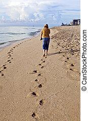 mulher caminhando, ao longo, a, praia