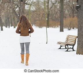 mulher caminhando, em, inverno, parque, ., vista traseira