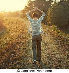 mulher caminhando, em, natureza