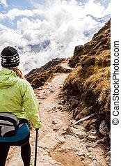 mulher caminhando, hiking, em, himalaya, montanhas, nepal