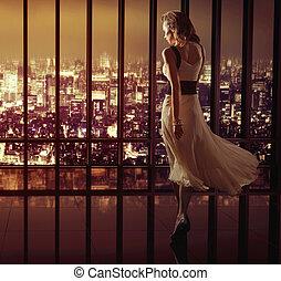 mulher caminhando, ligado, a, topo, de, a, arranha-céu
