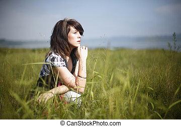 mulher, capim, sentando
