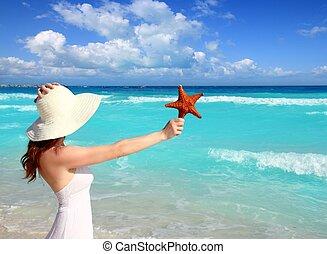 mulher, caraíbas, starfish, chapéu, mão, praia tropical