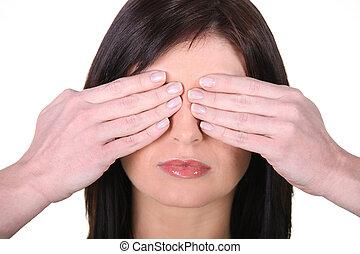 mulher, cara covering, com, mãos
