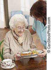 mulher, carer, sendo, servido, sênior, refeição