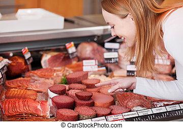 mulher, carne, seção, refrigerado, supermercado, escolher
