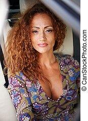 mulher, carro luxo, ruivo, interior, middle-aged, bonito