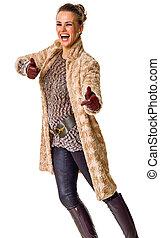 mulher, casaco inverno, mostrando, cima, polegares, elegante, sorrindo, branca