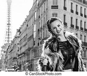 mulher, casaco pele, modernos, paris, frança, sorrindo