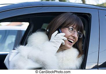 mulher, casaco pele, telefone, sorrindo, branca