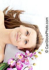 mulher, cativante, jovem, mentindo, tabela, flores, massagem