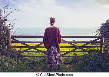 mulher, cerca, seaview, jovem, admirar, rural