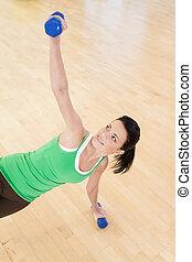 mulher, chão, jovem, closeup, condicão física, sportswear., sorrindo, dumbbell, menina, exercício, feliz