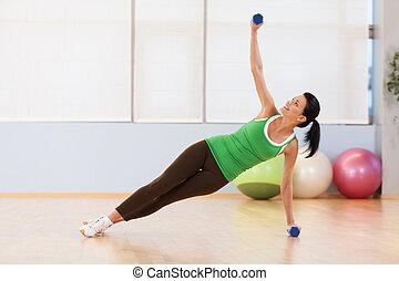mulher, chão, jovem, condicão física, sportswear., sorrindo, dumbbell, menina, exercício, feliz