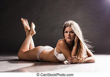 mulher, chão, jovem, excitado, retrato, mentindo