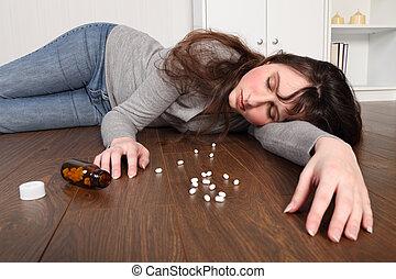 mulher, chão, jovem, overdose, pílulas, mentindo