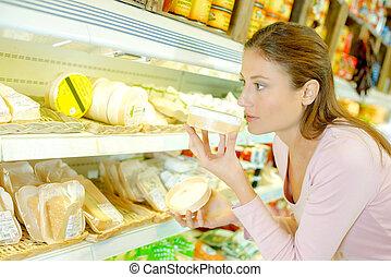 mulher, cheirando, queijo