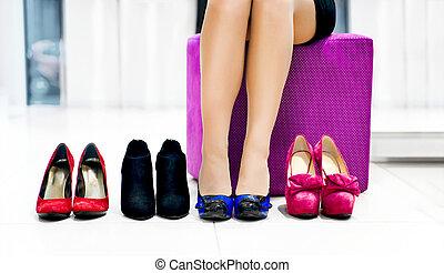 mulher, chooses, sapatos
