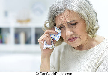 mulher chora, idoso