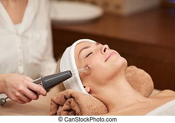 mulher, cima, jovem, rosto, spa, fim, tendo, massagem