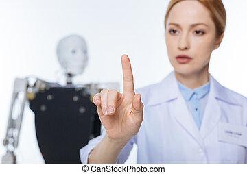 mulher, clicando, scrupulous, botão, invisível, sério