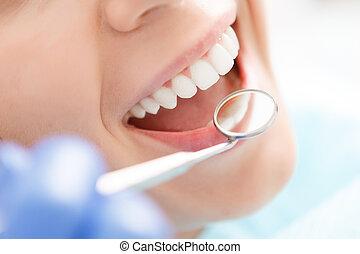 mulher, close-up, dela, tendo, examinado, dentes