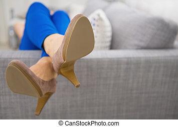 mulher closeup, deitando, pernas, sofá