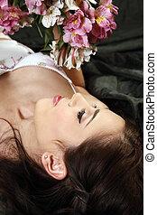 mulher, coberto, com, pétalas, de, rosas