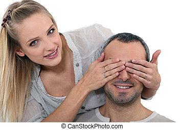 mulher, cobertura, um, homem, olhos
