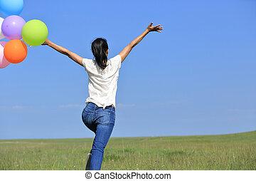 mulher, colorido, jovem, executando, pular, verde, asiático, gramado, balões