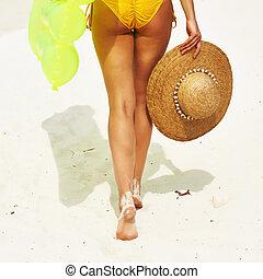 mulher, com, amarela, balsa inflável, praia