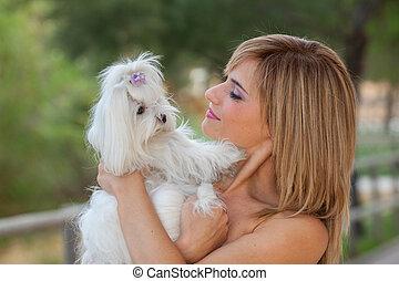 mulher, com, animal estimação família, maltês, cão