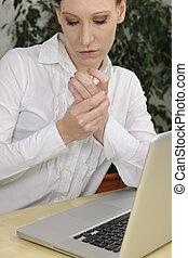 mulher, com, artrite, massaging, mãos, dor