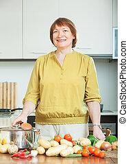 mulher, com, batatas, em, cozinha