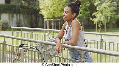 mulher, com, bicicleta, ligado, ponte