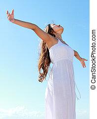 mulher, com, braços abrem, desfrutando, dela, liberdade